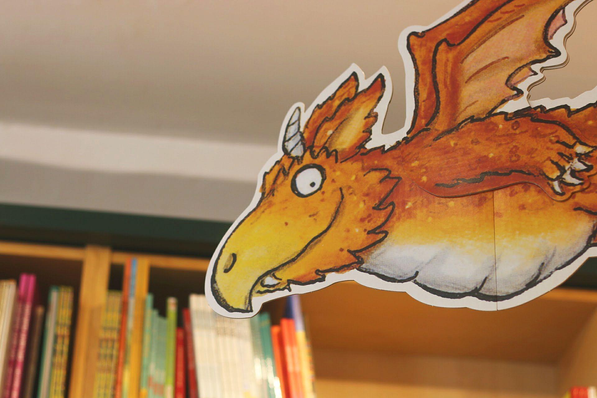 Drache Pappfigur Figur Kinderbuchhandlung Blogger-Event